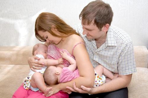 He tenido un parto múltiple ¿cómo puedo amamantar a mis hijos?