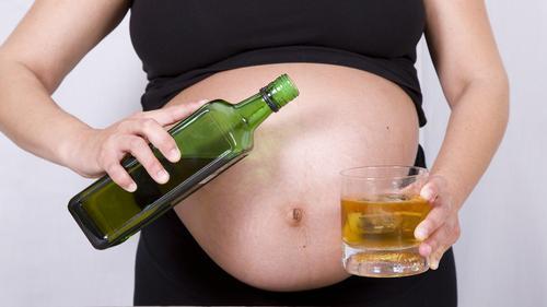 El consumo de alcohol durante el inicio del embarazo: aumento del riesgo de aborto espontáneo
